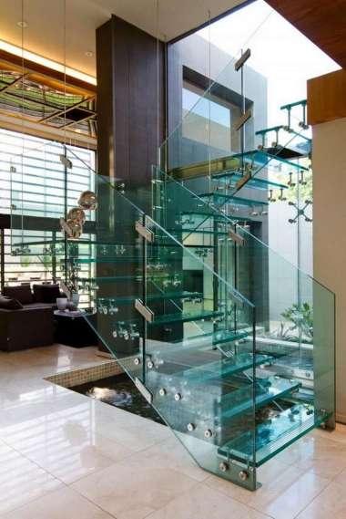 Un escalier moderne tout en verre transparent sur https://deavita.fr